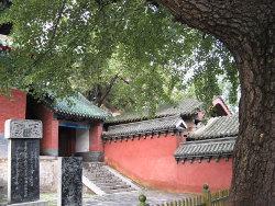 Внутри храма после главного входа (двор)